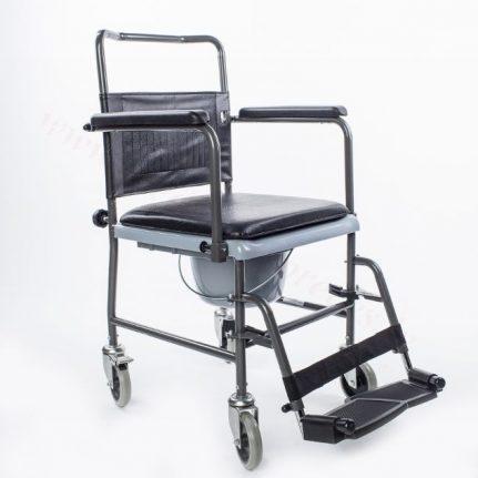 WC krēsls ar riteņiem un regulējamu kāju balstu.